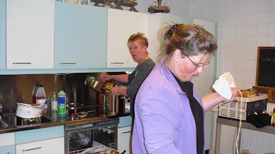 Photo: Joke en Dorien druk aan het eten koken