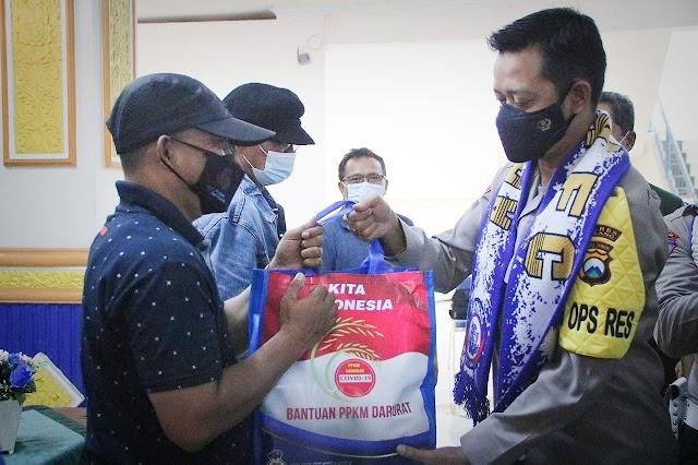 Kapolres Malang Salurkan Sembako ke Aremania di Stadion Kanjuruhan