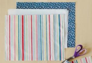 Memotong kain dalam cara membuat tote bag paling simpel
