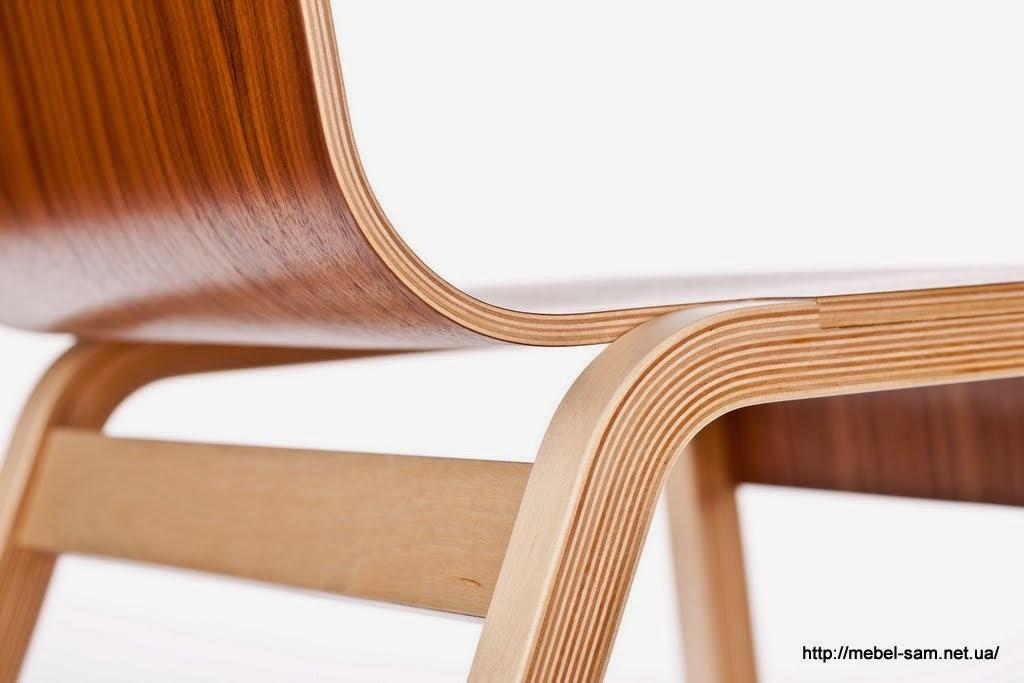 Крупным планом стыковка сиденья и ножек фанерного стула