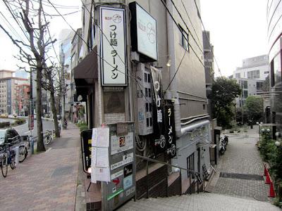 とがった角をまがり、階段をおりたところにお店があります