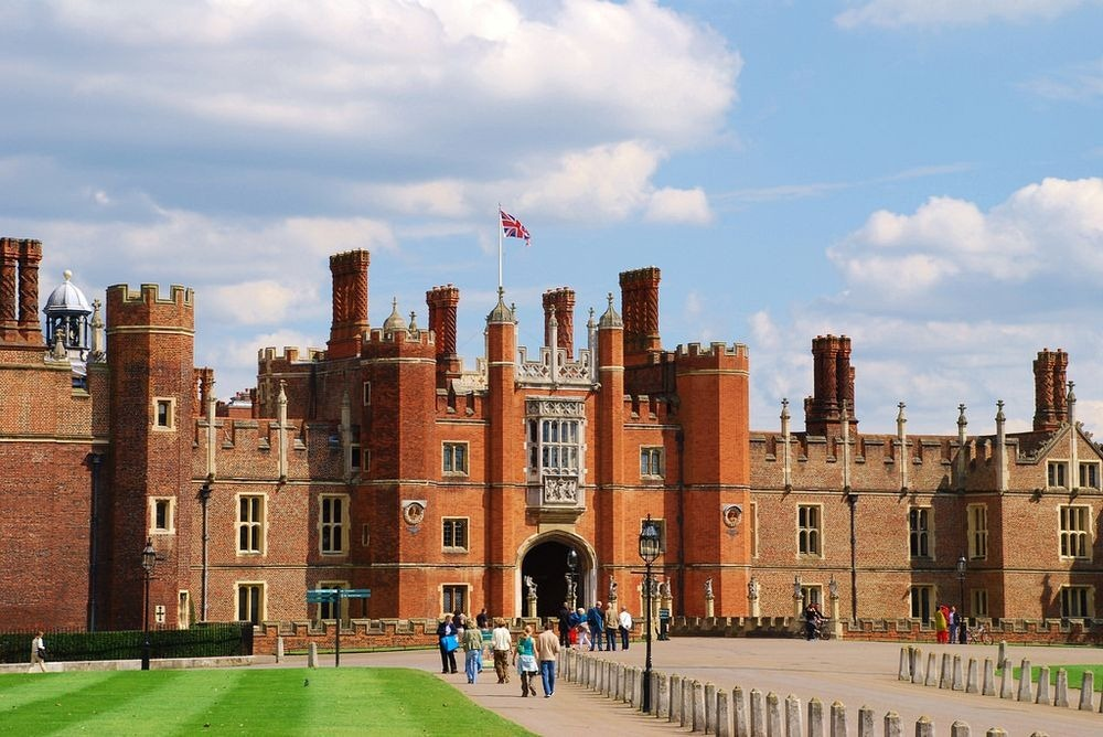 hampton-court-palace-chimneys-11