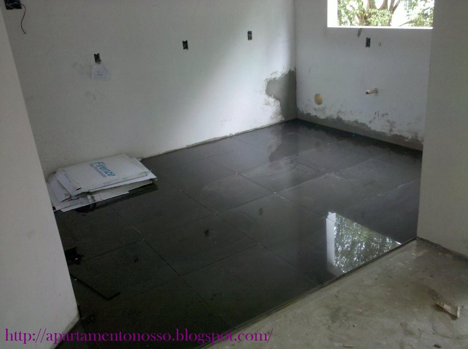 Apartamento Nosso: Colocação do Porcelanato Parte I #6E266A 1600x1195 Banheiro Com Piso Porcelanato Preto