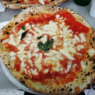 CarouLLou.com Carou LLou in Napoli eating pizza at Da Michele +