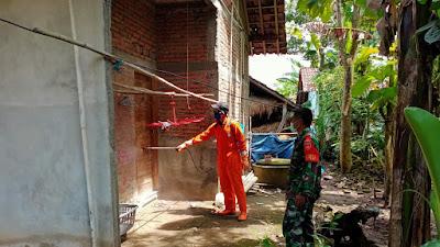 Babinsa Srihardono dan FPRB Laksanakan Penyemprotan Desinfektan di rumah Warga yang terpapar Covid 19