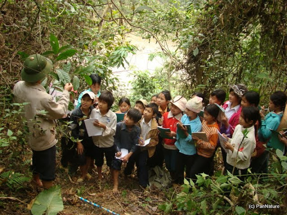 A teacher of Minh Son Middle School teaching his students about plant ecology.