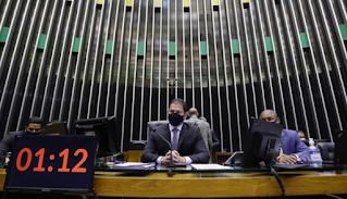"""Câmara  retira """"distritão"""" e  aprova PEC de reforma eleitoral"""