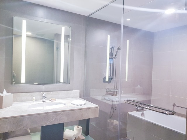 Hilton Garden Inn Puchong Bathroom