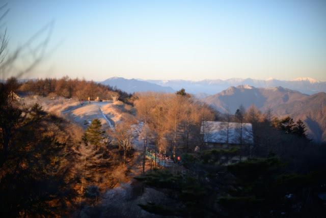 三つ峠山荘を臨む