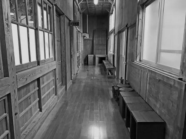 古い学校の廊下の白黒画像