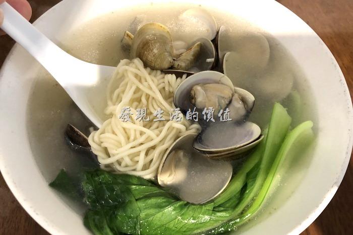 台北東湖-喜相逢麵館。雞湯蚌麵,NT220。重點應該是其湯頭,使用老母雞燉煮12小時以上的湯頭,讓人喝了一口之後就覺得暖胃,蛤蜊非常的飽滿,應該也是特別選過的。