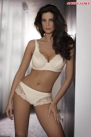 Manuela Arcuri người đẹp khoe vòng 1 căng tròn