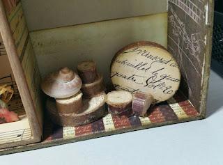 Escena de cajita con maderitas y caracola