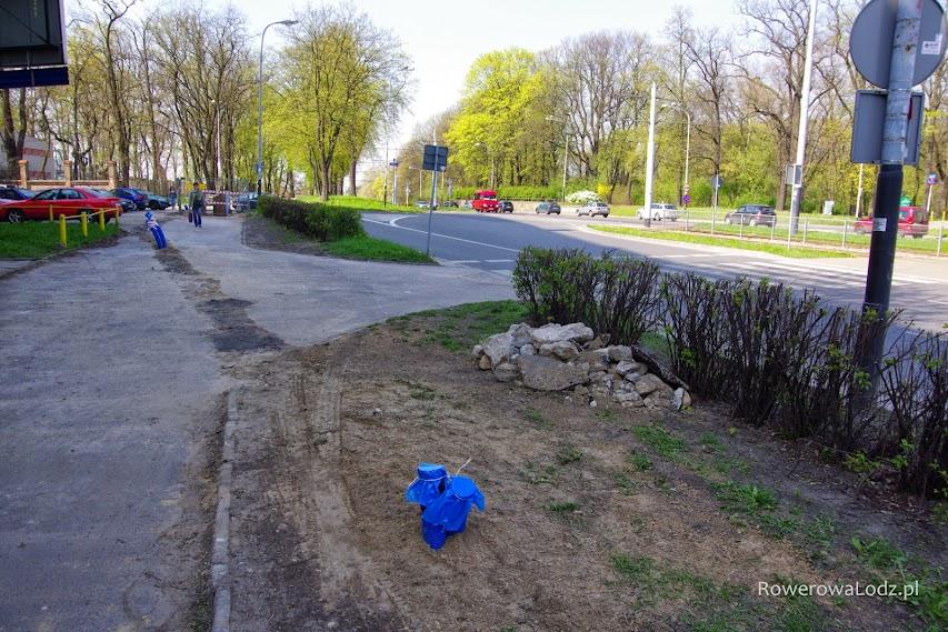 Przed skrzyżowaniem z ul. Kniaziewicza - podziemna infrastruktura już zakopana.