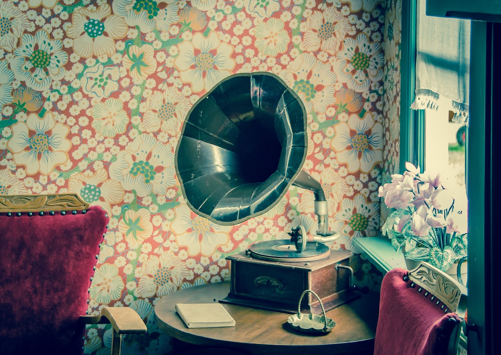 a vinyl record player with a gramophone