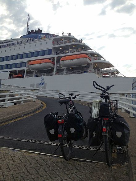 Panther Dominance Trekking & Trekking- und Reiserad T 400 vsf fahrrad manufaktur an der Auffahrt zur Pride of Rotterdam im Europoort, Rotterdam, Niederlande