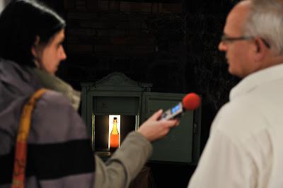 Novinarka Vala 202 Veronika Gnezda pri pogovoru z direktorjem Mestnega muzeja Mengeš.