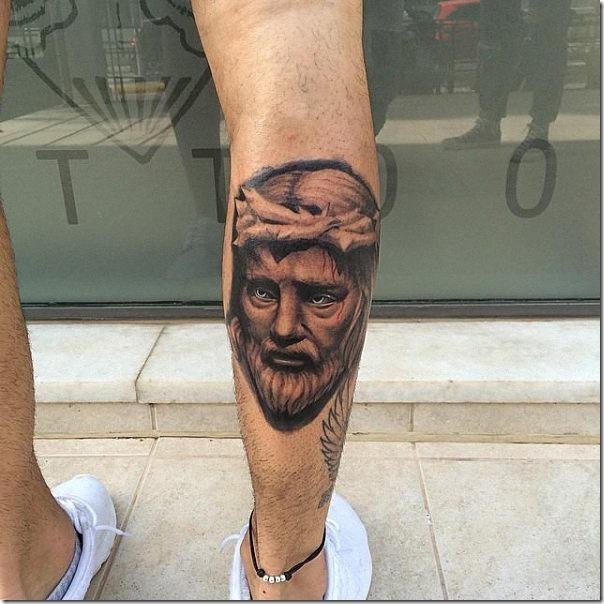 ligero_color_en_ciertos_detalles_de_su_tatuaje
