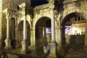 Vista nocturna de la puerta de Adriano –Antalya