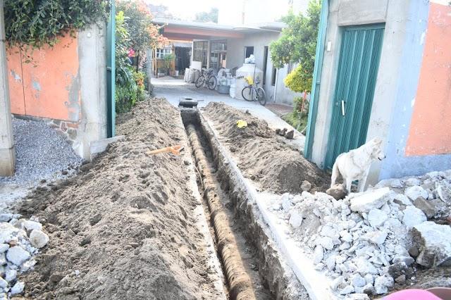 Avanzan trabajos de drenaje sanitario en Xalcatzinco, Tepeyanco