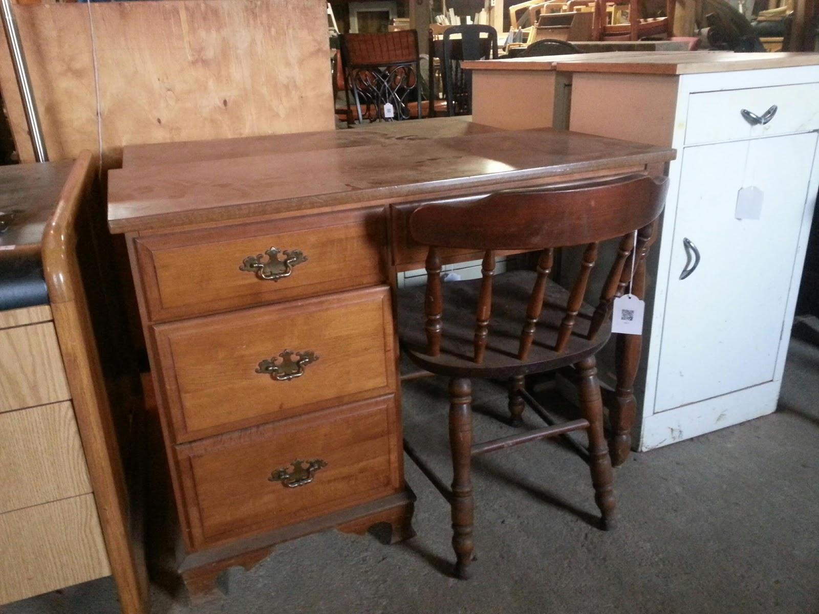Superieur Moosehead Furniture Desk And Chair   $125