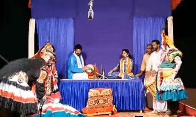 Ammuje fell down in stage- ತಲೆ ಸುತ್ತಿ ರಂಗಸ್ಥಳದಲ್ಲೇ ಕುಸಿದು ಬಿದ್ದ ಅಮ್ಮುಂಜೆ ಮೋಹನ್ ಕುಮಾರ್