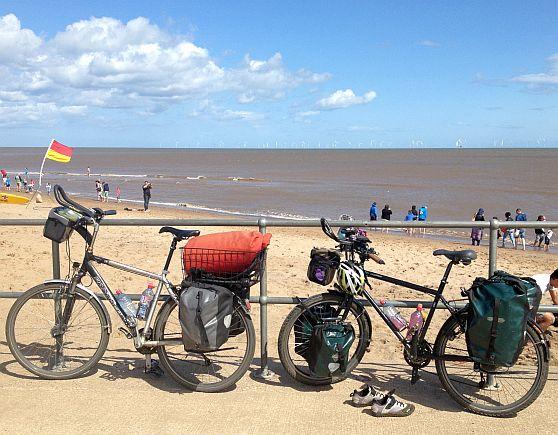 Am Strand von Skegness, Lincolnshire: Panther Dominance Trekking &  Trekking- und Reiserad T 400 vsf fahrrad manufaktur
