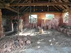 Druhý den - prozatím hotovo. Díra připravená, zeď zbouraná, zachráněno a očištěno asi šedesát cihel.