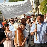 תהלוכה של העברת ספרי התורה למשכנם החדש עוברת ברחובות כפר ורדים. Procession for relocation of the Torah scrolls to their new home along Kfar Weradim streets.
