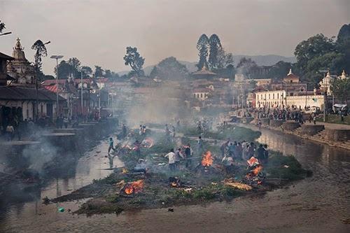 Quang canh le hoa thieu cac nan nhan tai denPashupatinath ben bo songBagmati Kathmandu Anh AP