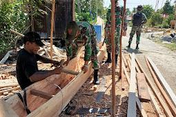 TNI BANTU MEMBUAT PERAHU TRADISONAL DI PAPUA
