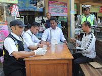 Petugas Gabungan dari Dinas Perhubungan Komunikasi dan Informasi (Dinhubkominfo) dan Satlantas memeriksa kendaraan umum di terminal kota Rembang