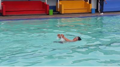 Seberangi Selat Madura dengan Berenang di Hari Kemerdekaan RI