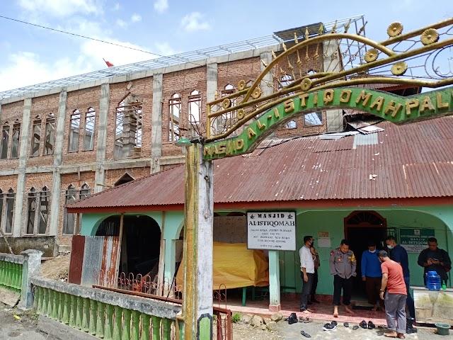 Kapolres Rejang Lebong melaksanakan silaturahmi serta memberikan bantuan pembangunan masjid Al - Istiqomah di Desa PAL VIII