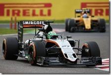 Nico Hulkenberg con la Force India davanti ad una Renault