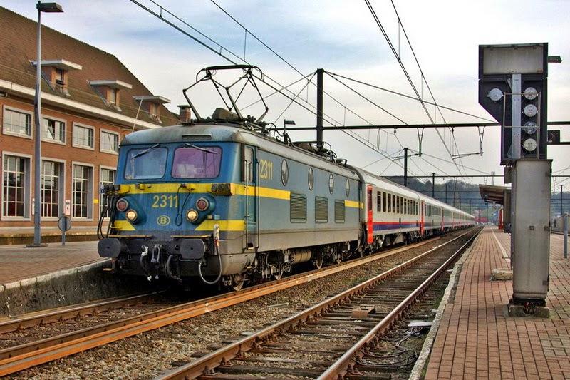 2311 in het station van Aarschot op lijn 35 op 13.04.2010 (foto Axel Vermeulen)