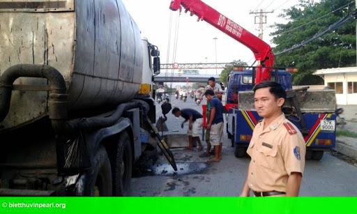Hình 1: Xe bồn nổ lốp ủi dải phân cách bay hàng chục mét