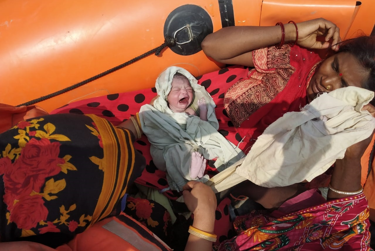 मुश्किलों के बीच जिंदगी की आहट, बाढ़ प्रभावित जिला में NDRF की नाव पर गूंजी किलकारी