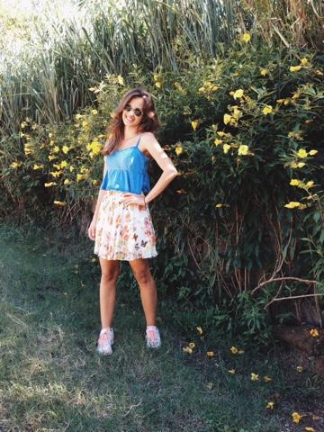 #editorial #ootd #thatsdarling #darling #flowers #flowerswall #pleatedskirt #denimtop #converse #runningsneakers #cropped #jeans #flores #parededeflores #saiaplissada #florida #floral #jeans #tênisdecorrida #sunglasses #sunnies #óculosdesol