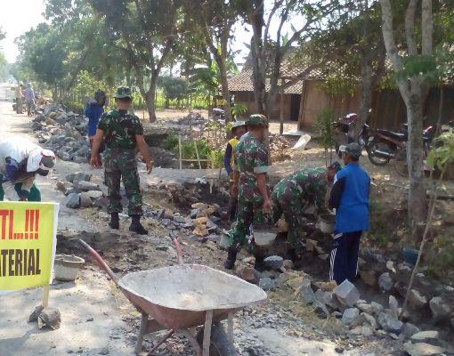 Legundi Ngawi: TNI bersama Masyarakat Gotong Royong Kerjakan Talud Sepanjang 170 Meter
