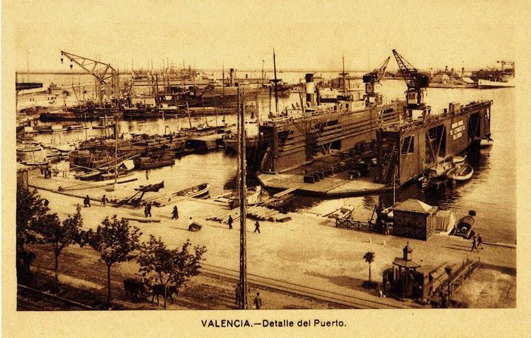 Vista del dique flotante situado frente al edificio de la aduana. Valencia. Foto del libro El Maritim. Un paseo costumbrista a traves de las antiguas tarjetas postales.jpg