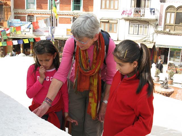 Hanny en de dames kijken naar de gebedsmolens