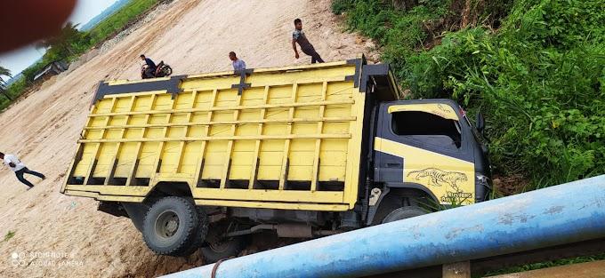 Mobil Truck Colt Diesel Arah Banda Aceh Mejungkat di Paya Gajah Peureulak Barat