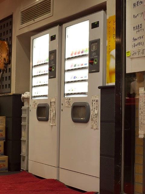 店内に置かれた白い券売機2台