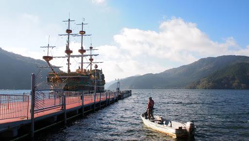 [写真]芦ノ湖の海賊船に小舟で挑んでる感じ