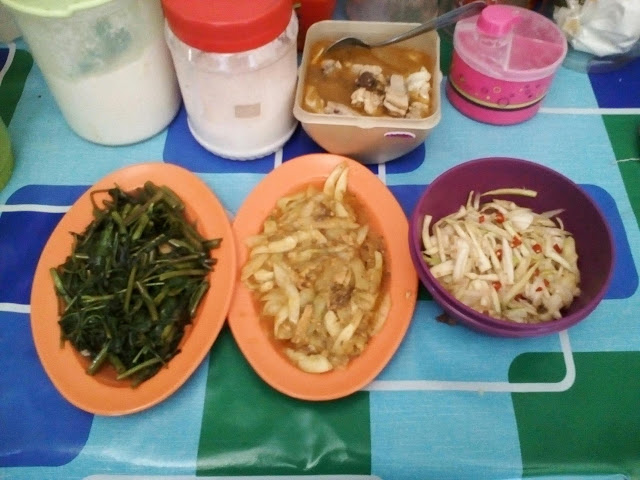 Tomyam ayam, sayur kangkung, timun sardin& sambal mangga