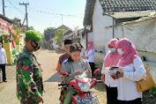 Babinsa Koramil Rejoso Bersama Perangkat Desa Bagikan Masker