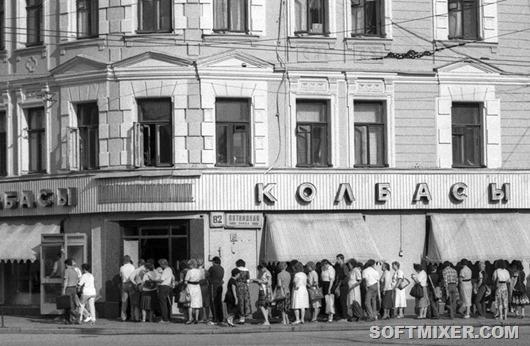 """Очередь у магазина """"Колбасы"""" на Пятницкой улице."""