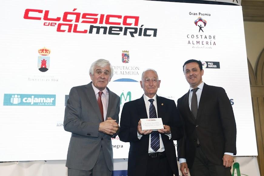 Detalle de José Manuel Muñoz con el alcalde de Roquetas de Mar.