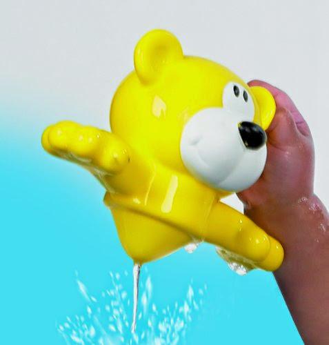 Đầu chú gấu trở thành một dụng cụ chứa và phun nước